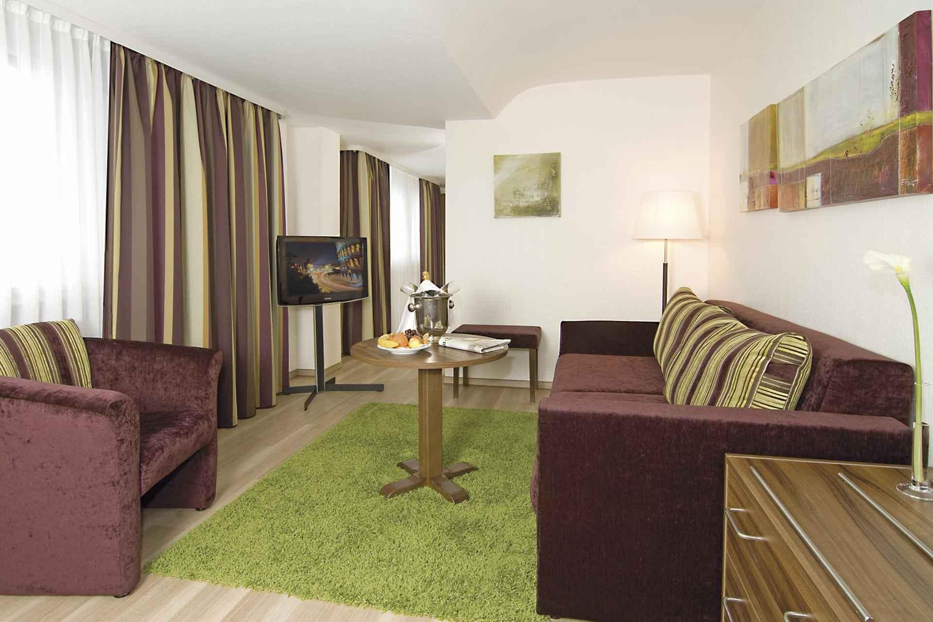 Wohnbereich der modernen Juniorsuite im Berghotel Rheinblick